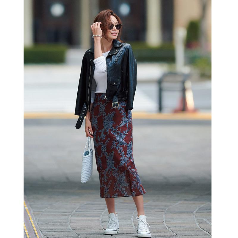 白コンバースのハイカットスニーカー×レザージャケット&柄スカートのファッションコーデ