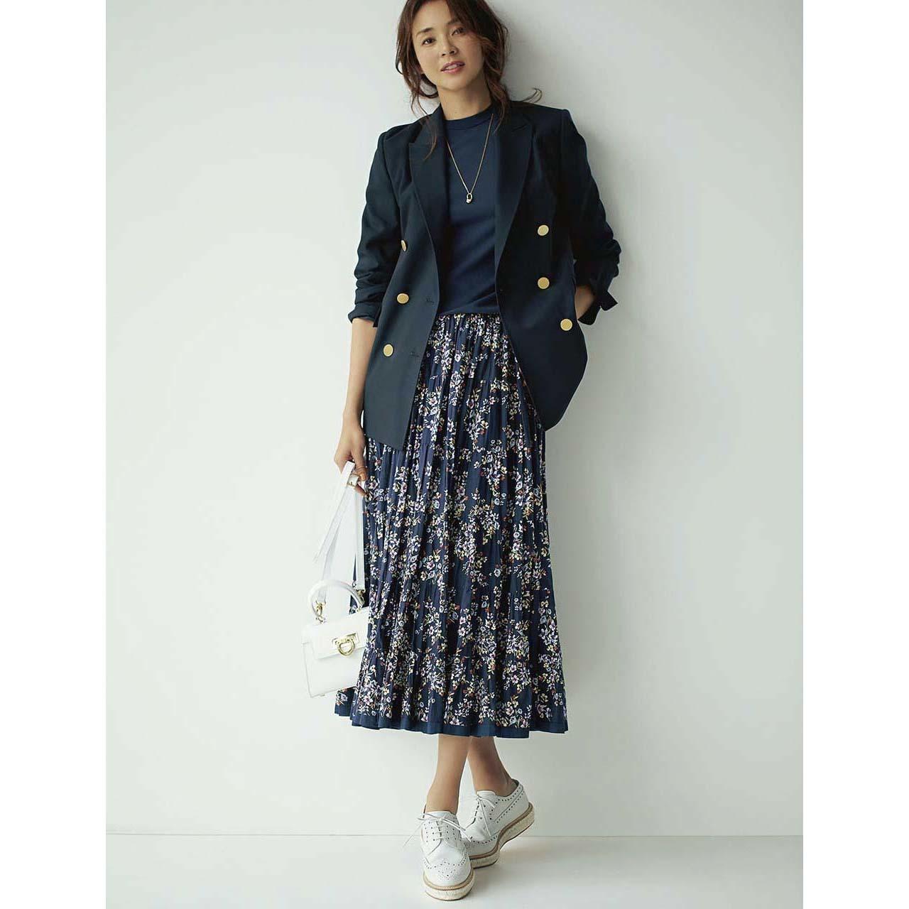 ネイビージャケット×ネイビーの花柄スカートコーデ
