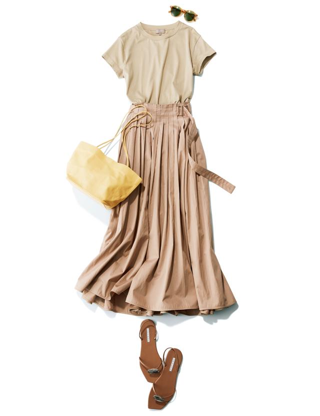 マーガレット・ハウエルのベージュTに同系色のスカートを合わせて