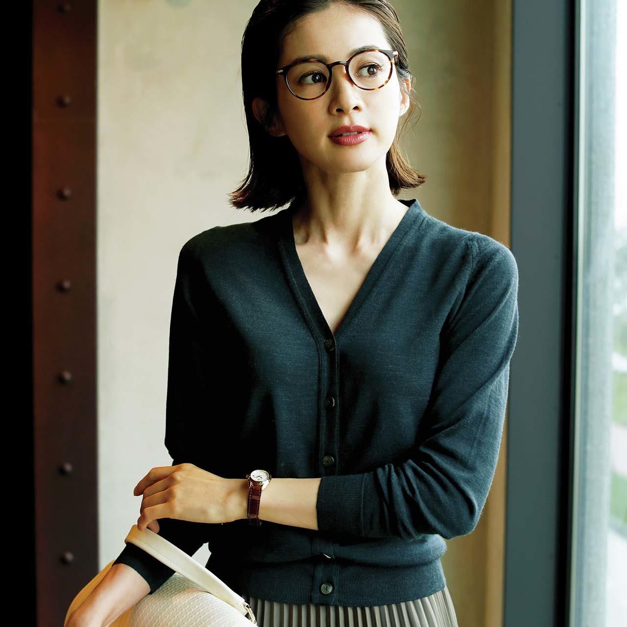 Vネックカーディガン+丸メガネコーデを着たモデルの高垣麗子さん