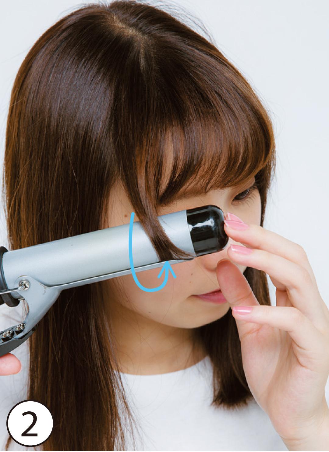 ②はらり触角をよりしっかりと巻く 基本のスタイリング③の際、はらり触角をヘアアイロンでしっかり内側に巻き込んで、顔を包み込むようにセットする。