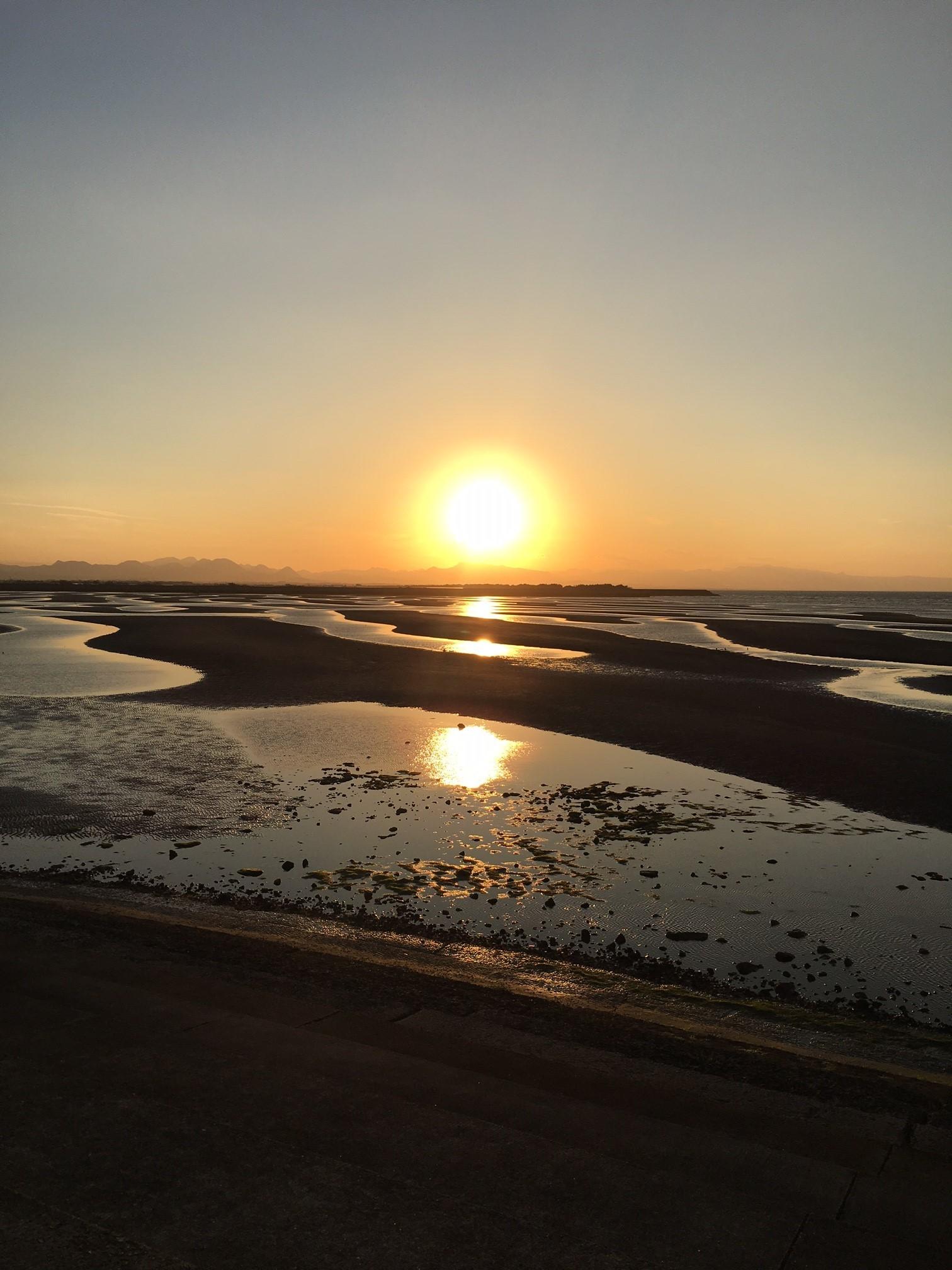 干潟に反射する夕陽がとても美しい
