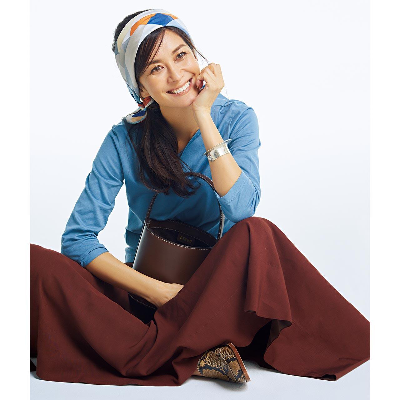 ブルーのトップス×ブラウンのロングスカートコーデを着用したモデルのブレンダ