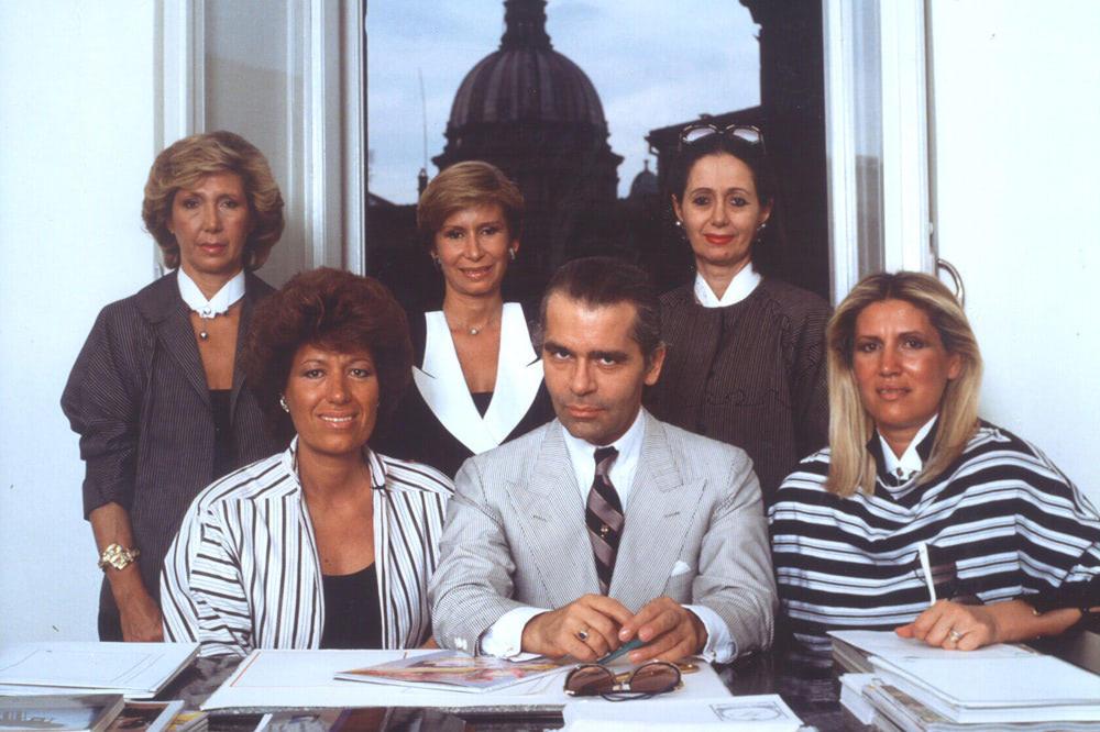 フェンディ家2代目を率いた5人姉妹と故カール・ラガーフェルド(中央)。