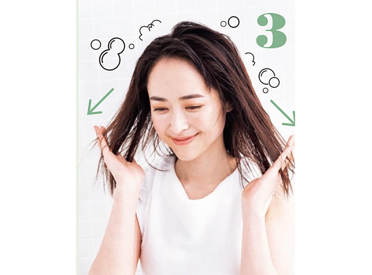 頭頂で両手が組み合ったら、指の間の髪に泡を通しながら毛先へと移動。これを繰り返して