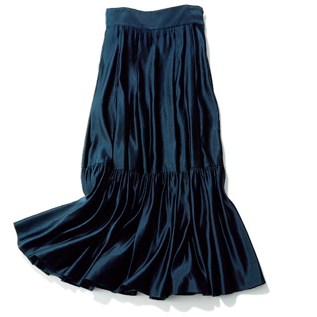 光のもとでつやめくドレスライクなスカート