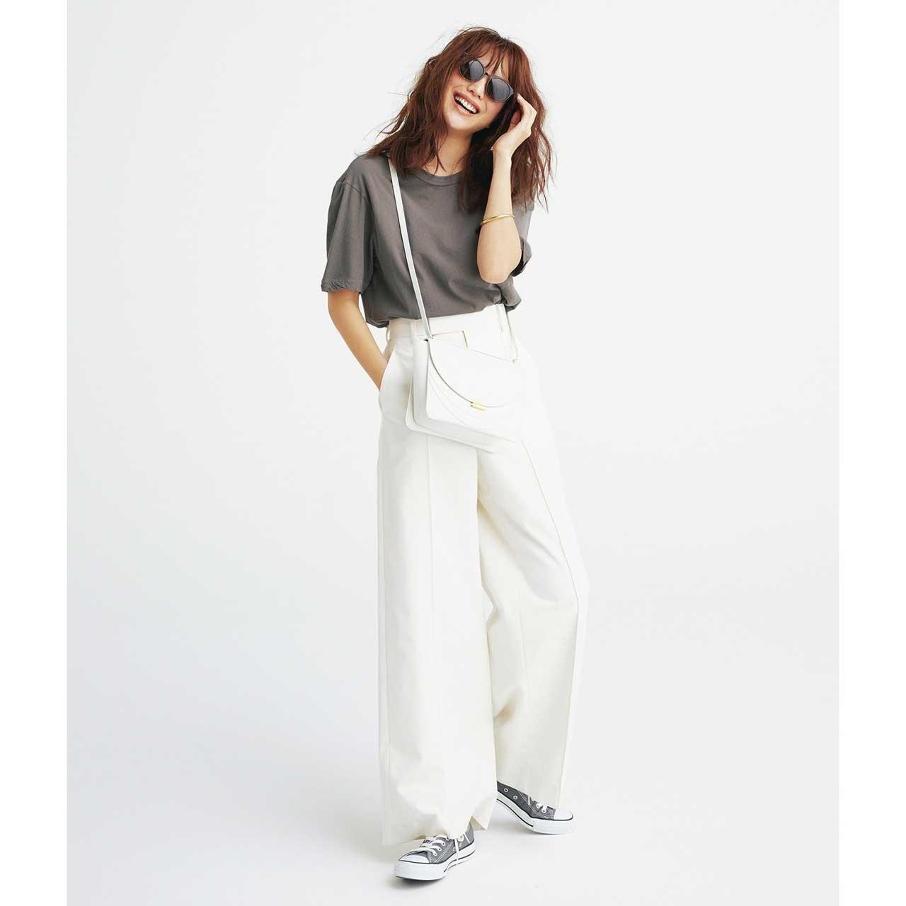 グレーのTシャツ×腰高ワイドの白パンツのモノトーンコーデ