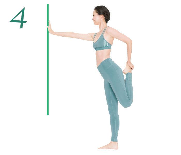 4.片側の膝を曲げて足首を持ち、なるべくかかとをおしりに近づけて前ももを伸ばして10秒キープ。これを2回。反対側も同様に。