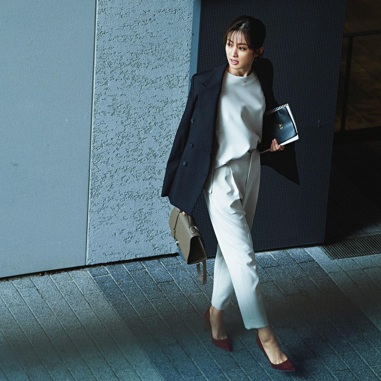 ファッション 白のセットアップ×ジャケットコーデ