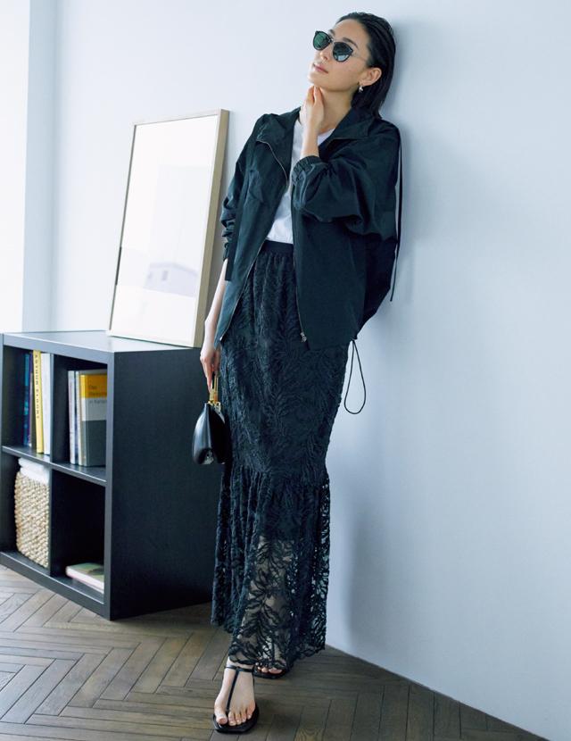 マキシ丈のナロースカートにはトングサンダルでヌーディな軽さを