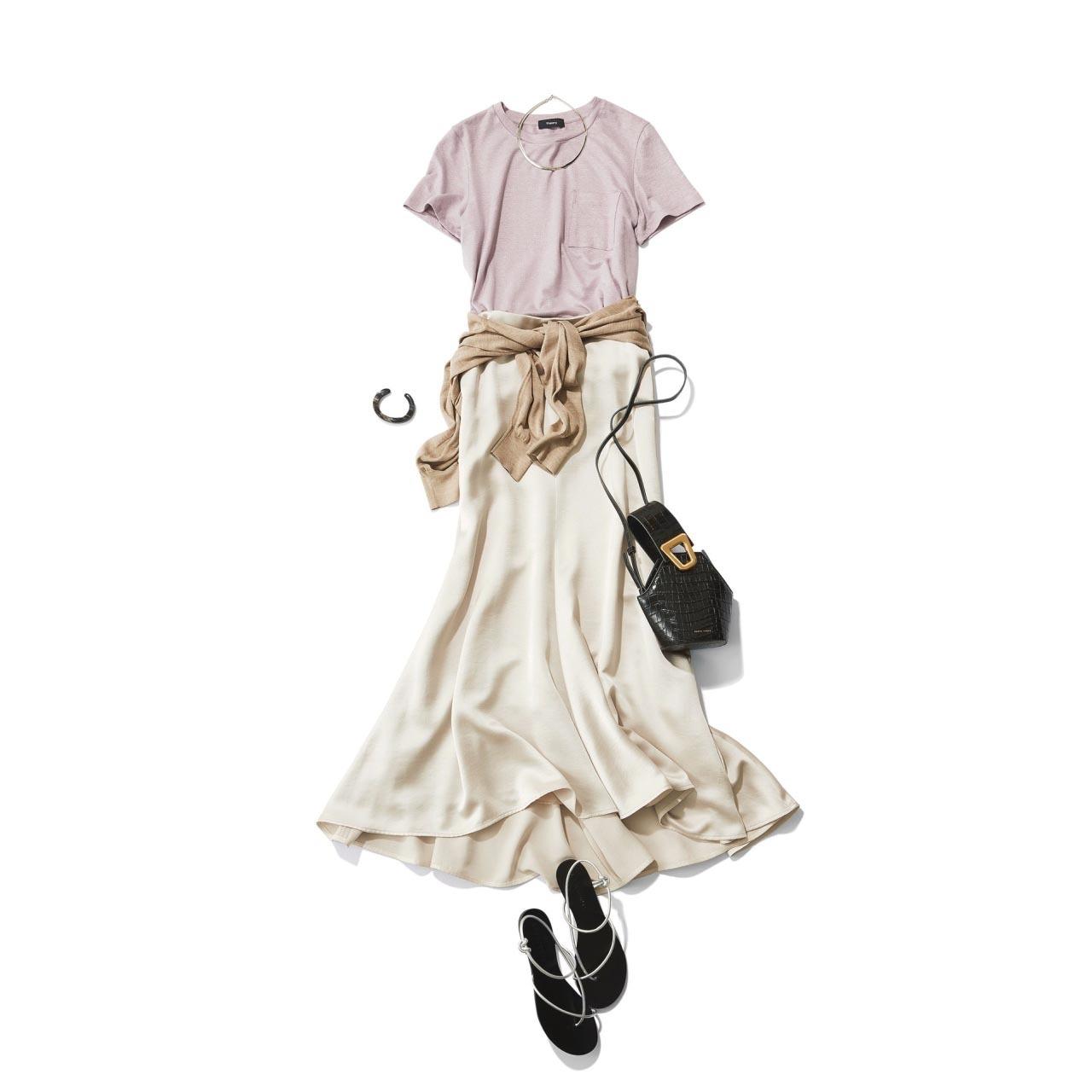 ■ライトなラベンダー色のTシャツ×白のツヤスカートコーデ
