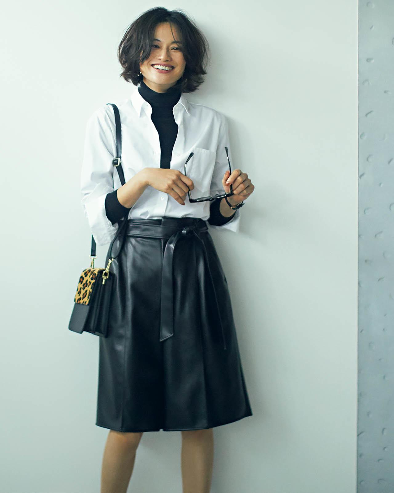 白シャツ×膝丈のレザーハーフパンツコーデを着たモデルの渡辺佳子さん