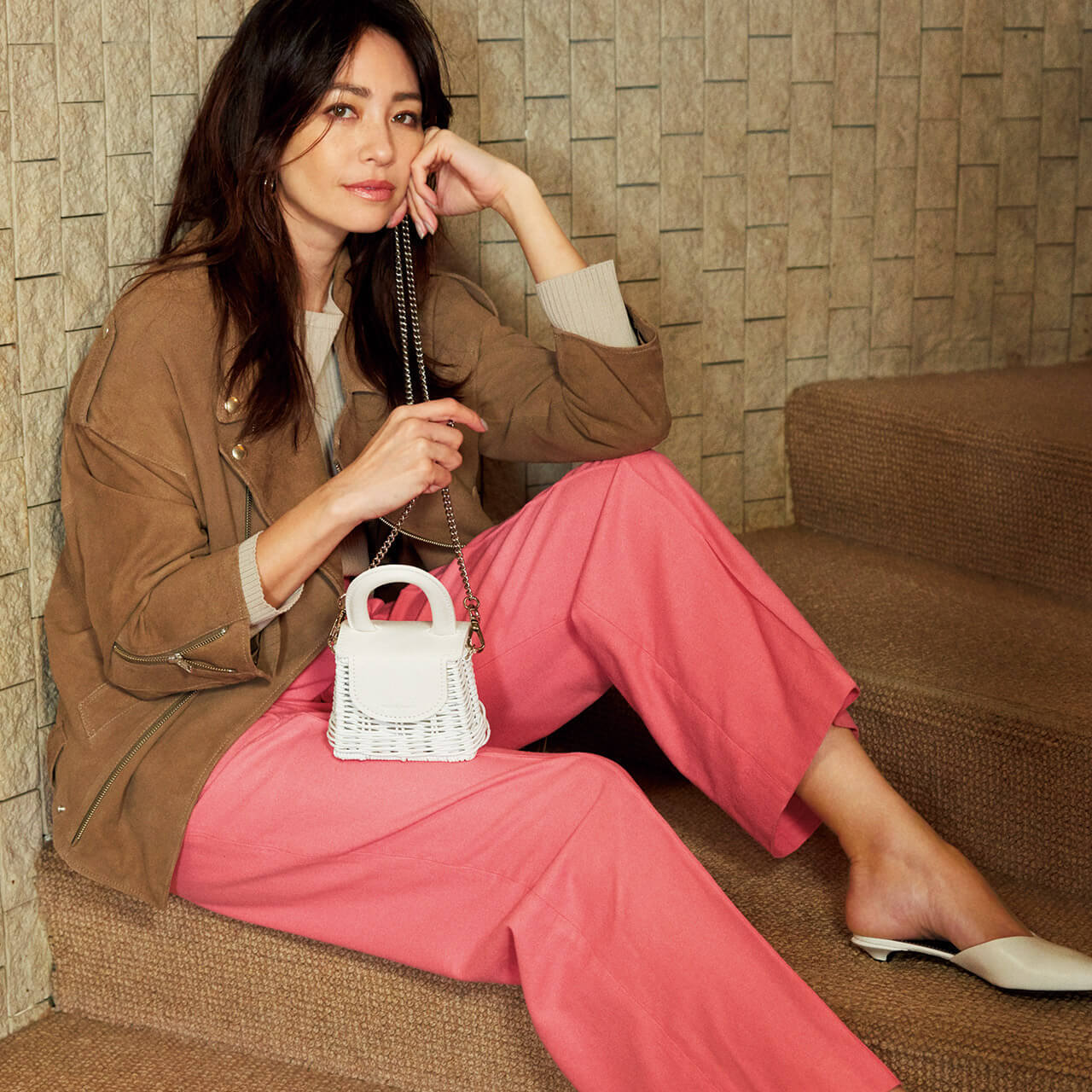 ブラウンジャケット×ピンクパンツのコーデをまとったモデル・RINAさん
