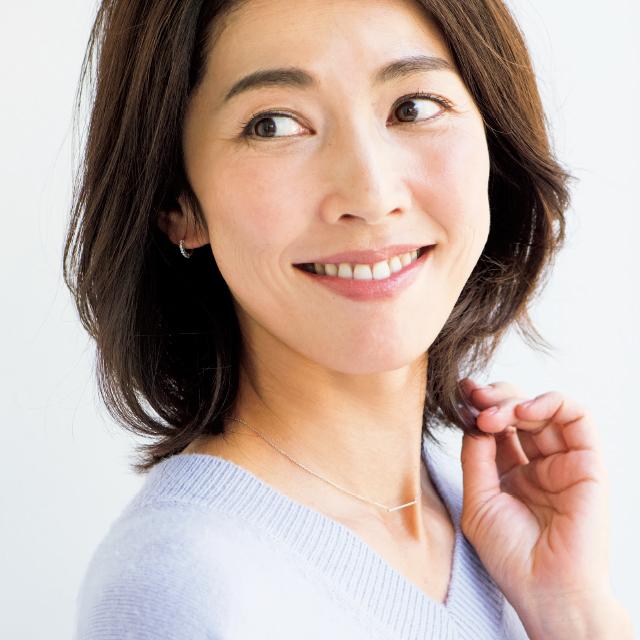 上品な華やぎ眉のメイクをした横山希世さん