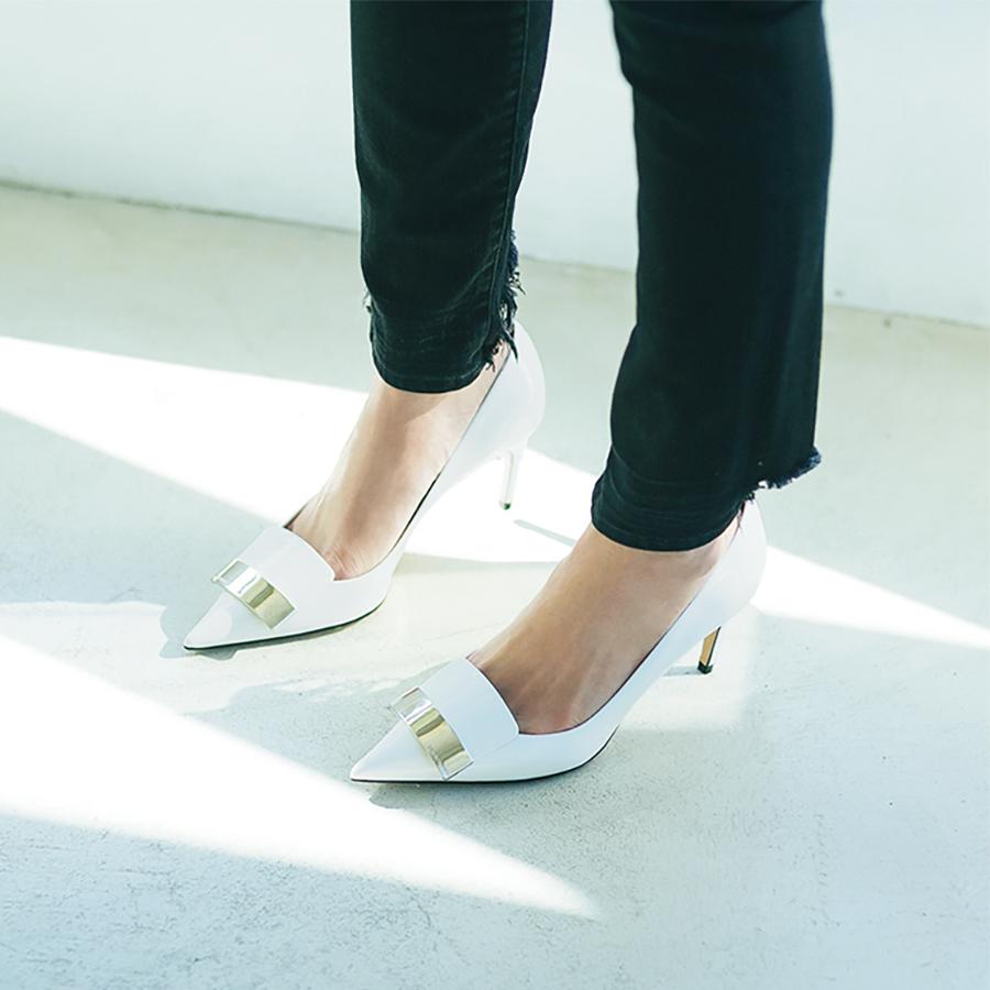 エディター磯部安伽さんのデニムに合わせる小物_白い靴
