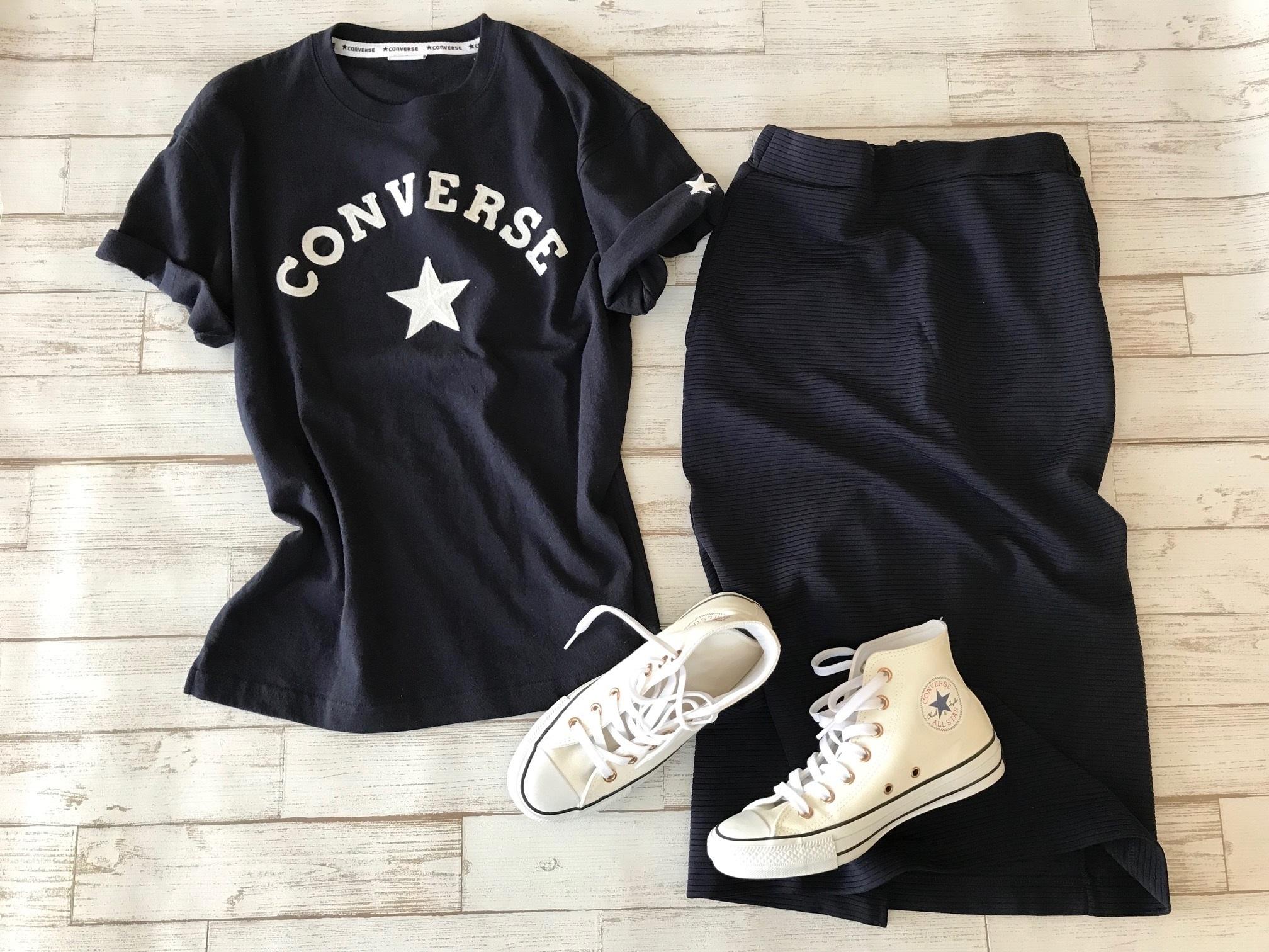 白コンバースのハイカットスニーカー×コンバースTシャツ&スカートのファッションコーデ
