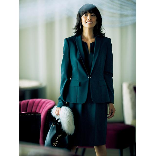 重ね着も計算した襟もと、 贅沢なディテールでリュクスなオーラをまとう