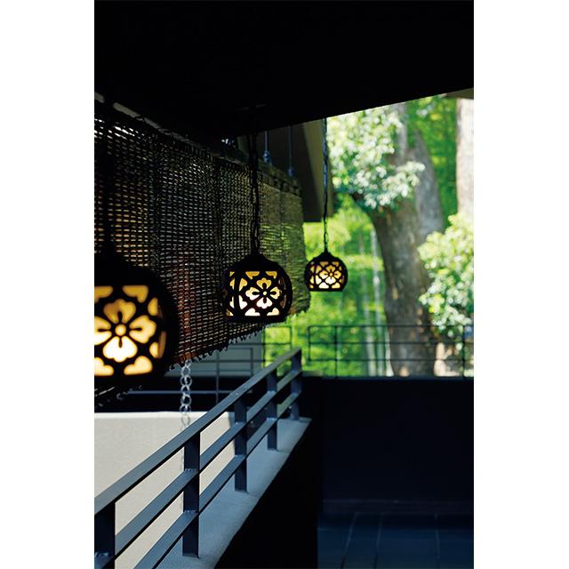 2階の回廊には春日大社をイメージした行燈がかかる
