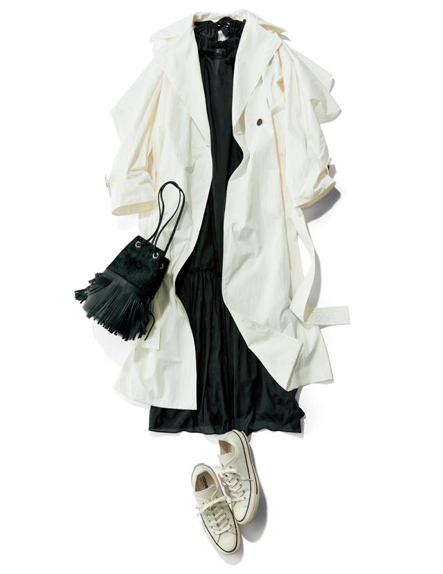 高機能素材の軽量ロングコートとシアーなブラックワンピースコーデ