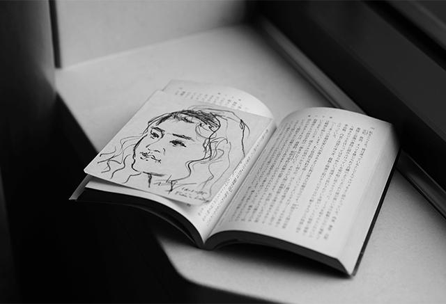 ▲ベトナム旅行中に「むさぼり読んだ」という、『輝ける闇』の文庫本。ハノイの公園で現地の男性が描いてくれた似顔絵をはさんだまま、24年が過ぎた今も大切にしている。新潮文庫 ¥590