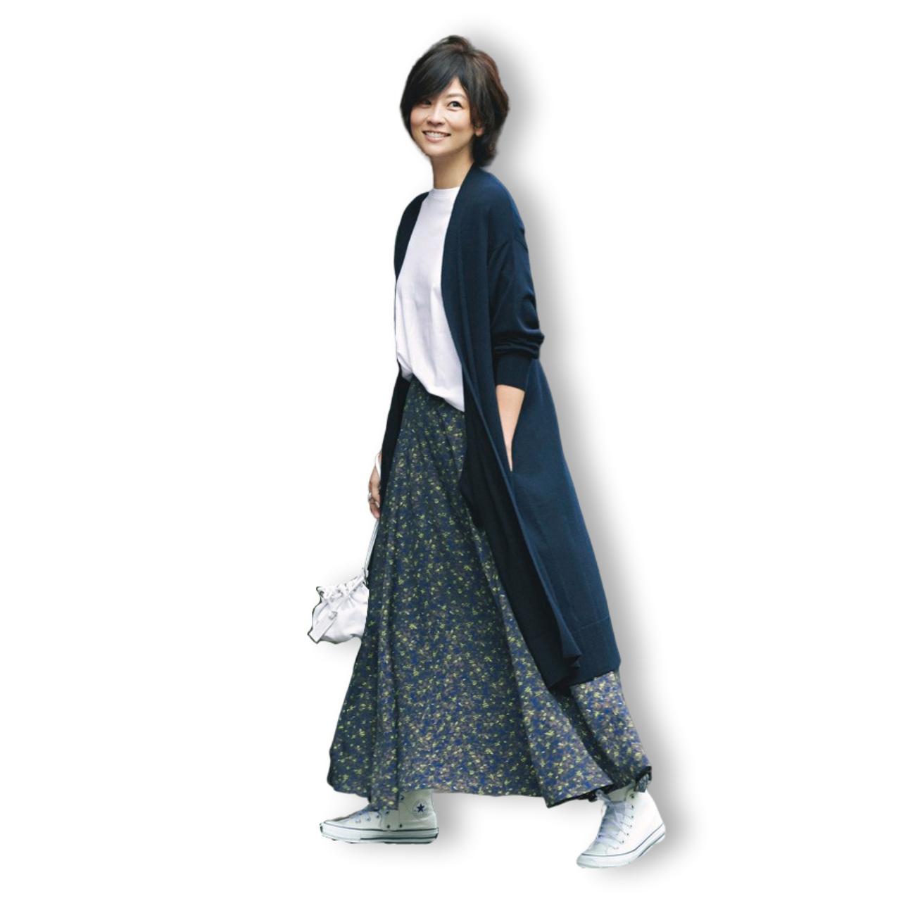 ロングカーディガン×小花柄スカート×ハイカットの白スニーカーコーデ