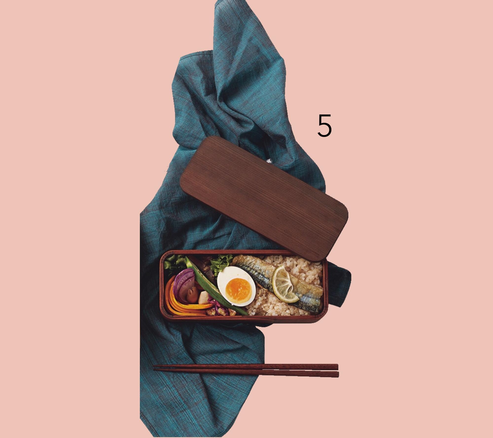 ❺お弁当とお 箸とハンカチ。「丈夫でお手入れの楽な杉素材のお弁当箱とお箸を愛用」