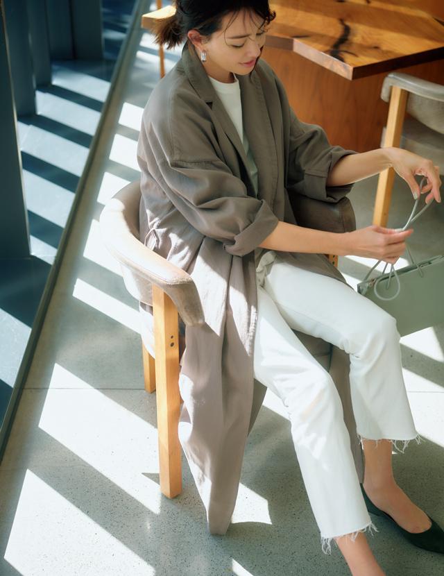 マディソンブルーのカジュアルな白デニムを着こなすRINA