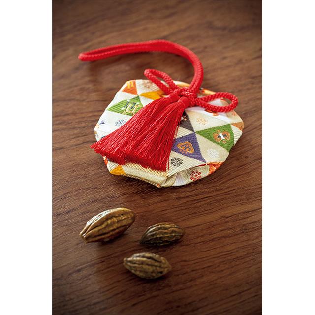 解毒、解熱の薬効があるとされる訶梨勒(かりろく)の実をひと粒しのばせた掛け香