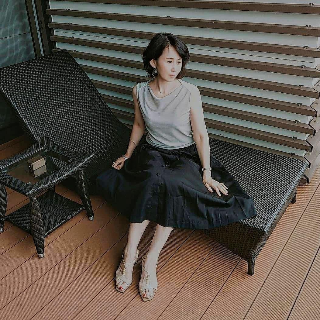 光沢感のある生地をたっぷりと使ったスカート