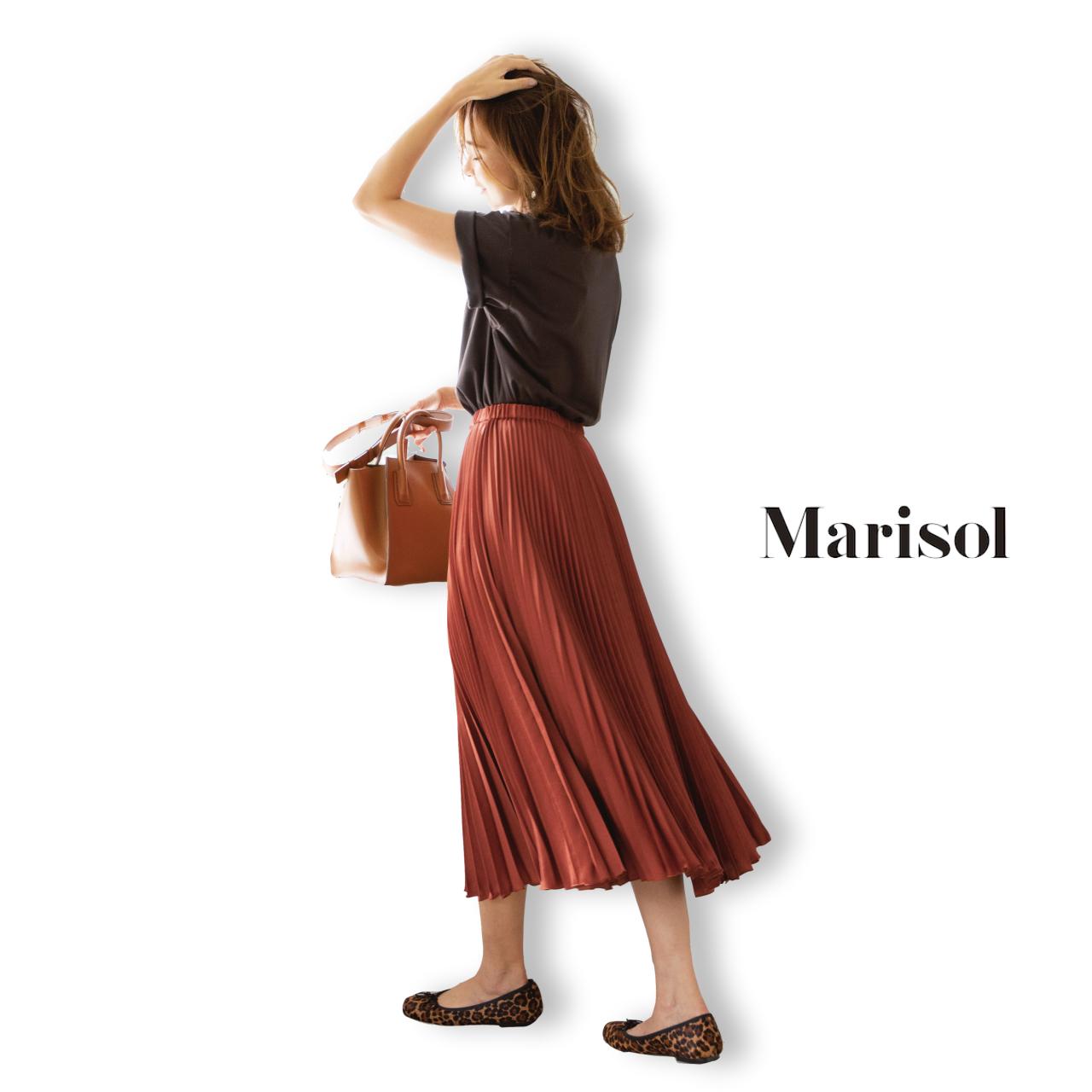 40代ファッション ブラウンTシャツ×エレガントプリーツスカートコーデ