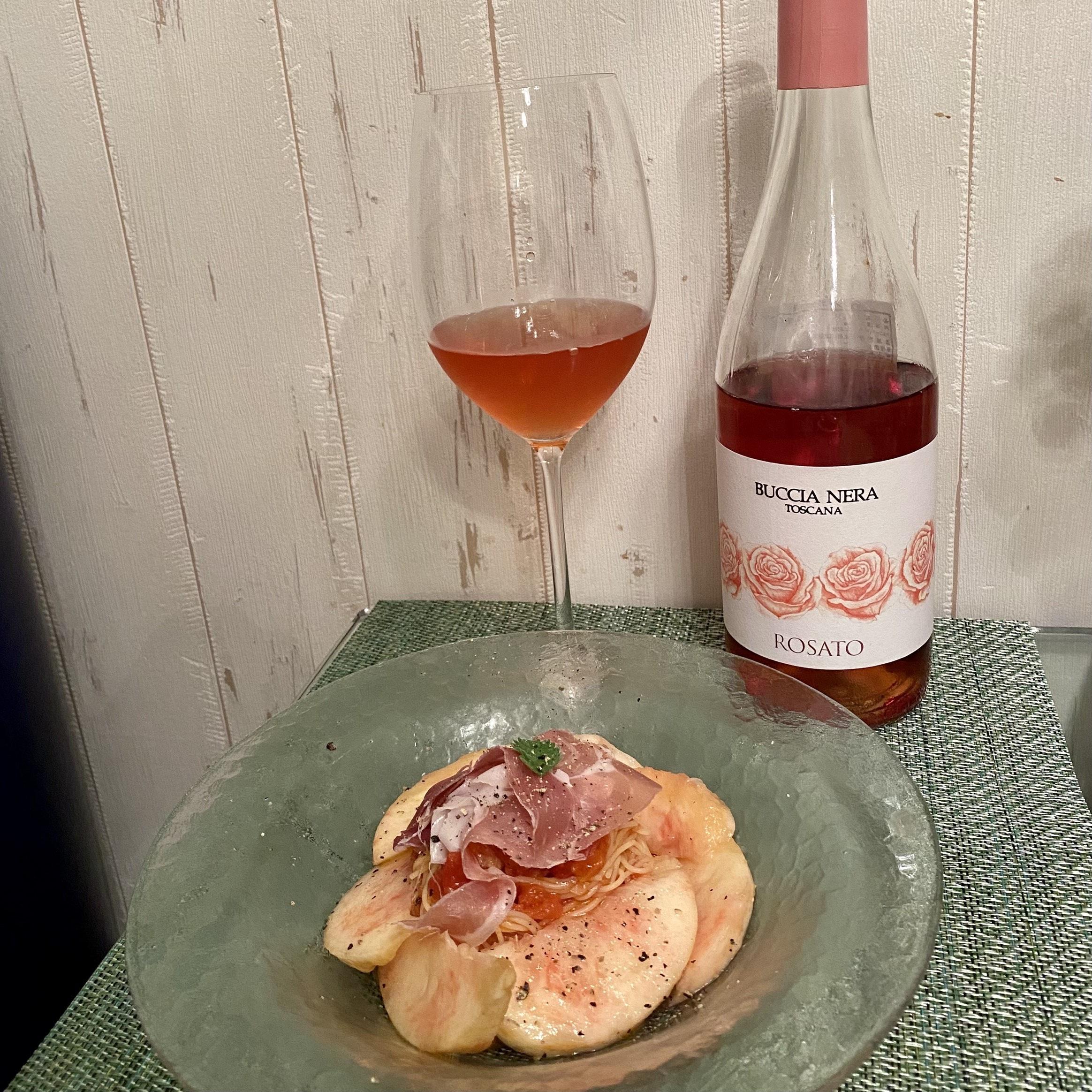 桃の冷製パスタとロゼワイン