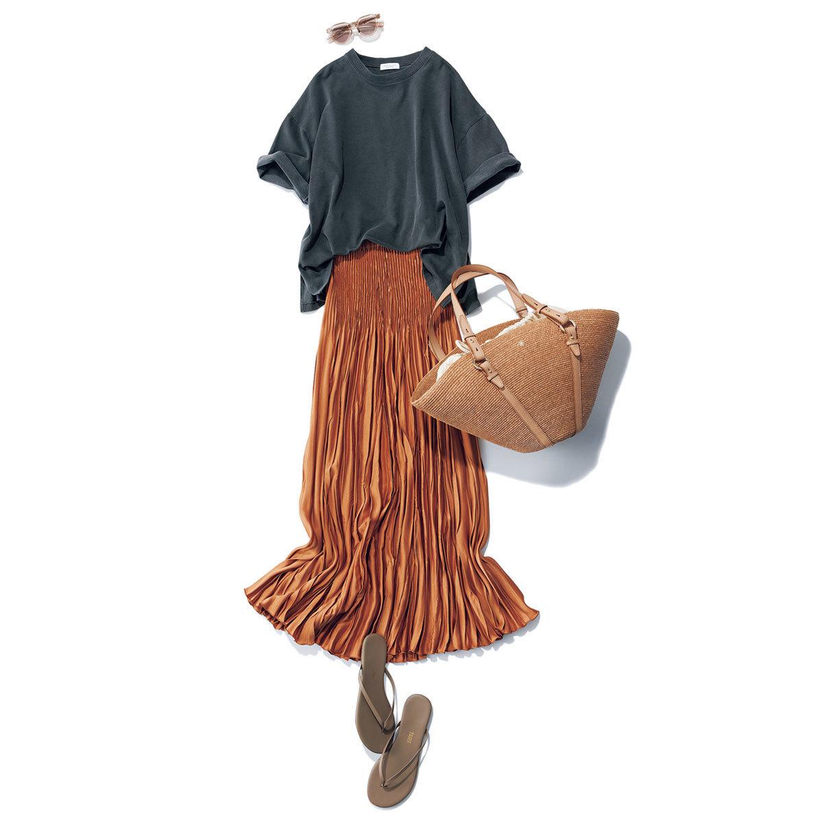 ■スミクロTシャツ × ブラウンのプリーツスカート
