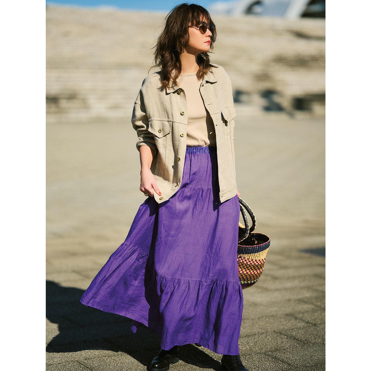 ベージュのリネンジャケット×パープルのスカートコーデ