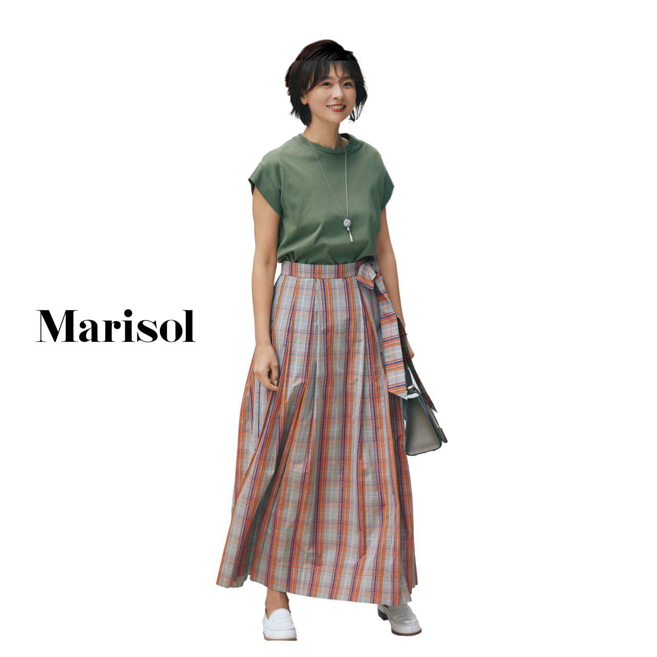 40代ファッション カーキTシャツ×チェック柄ロングスカートコーデ