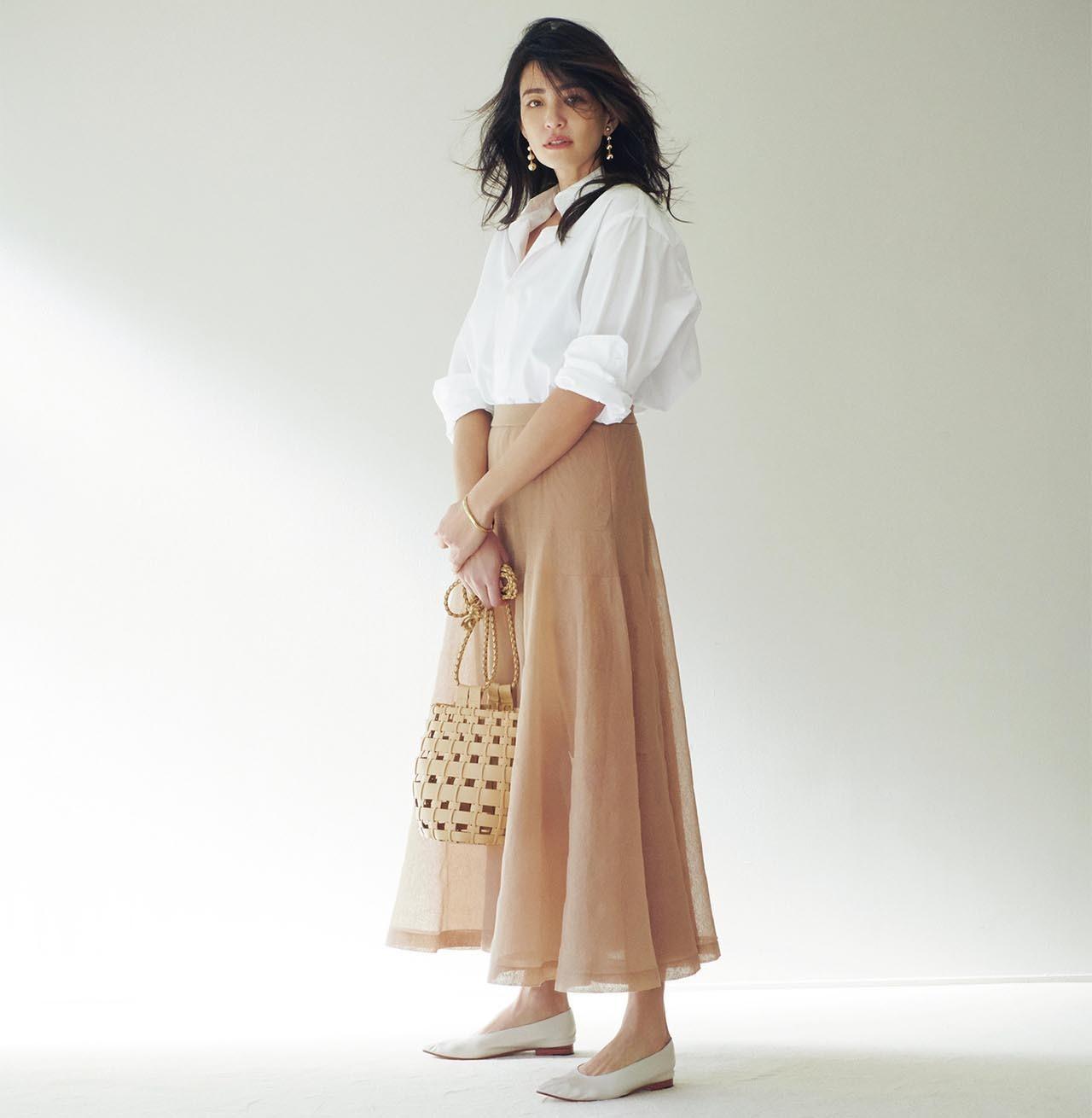 白シャツ×シースルースカートコーデを着たモデルのRINAさん