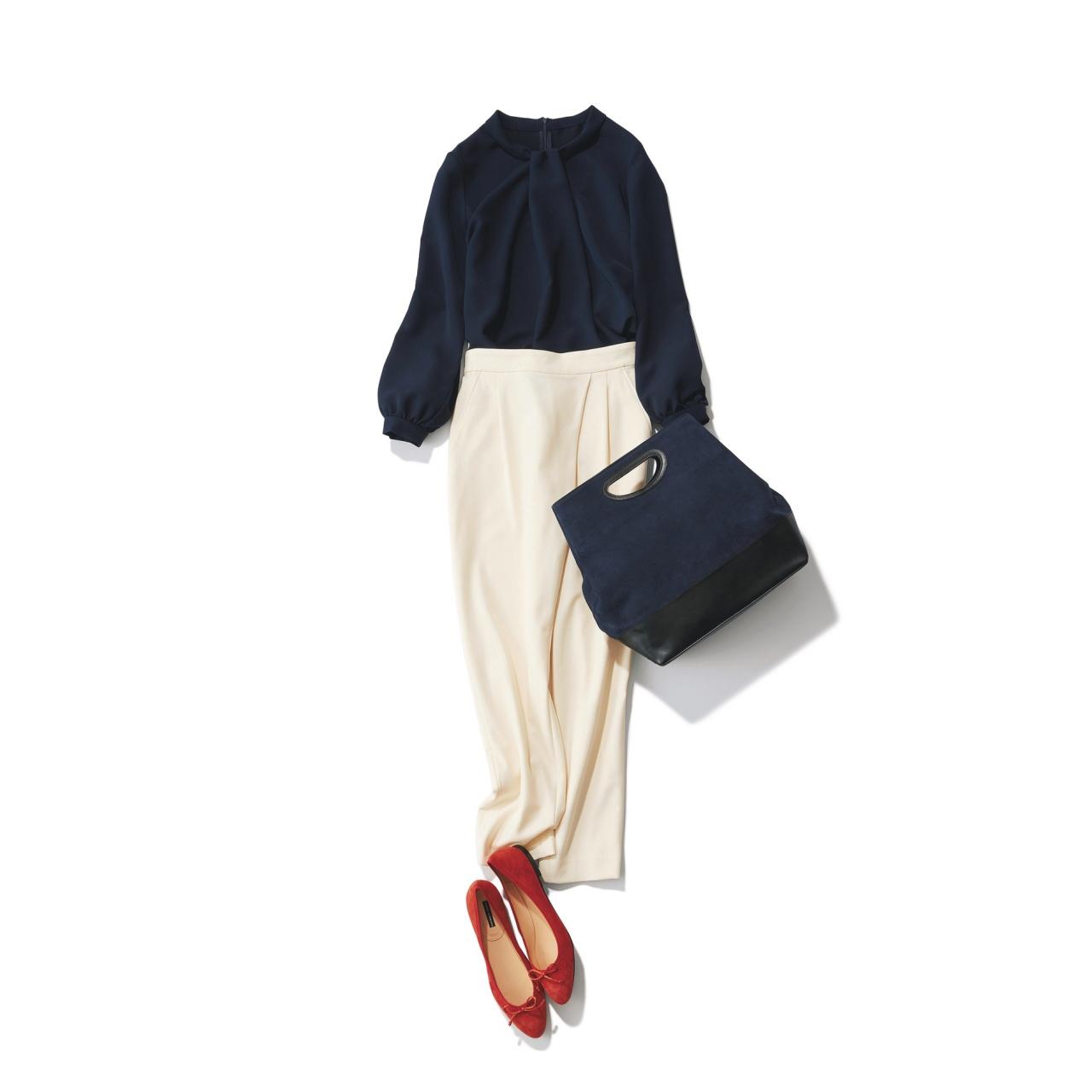 赤パンプス×ネイビーブラウスのファッションコーデ
