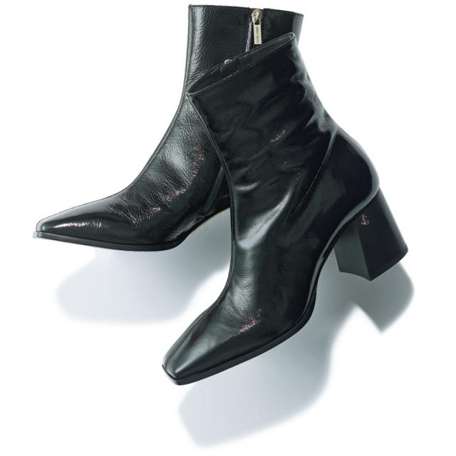 ジミー チュウの黒ショートブーツ