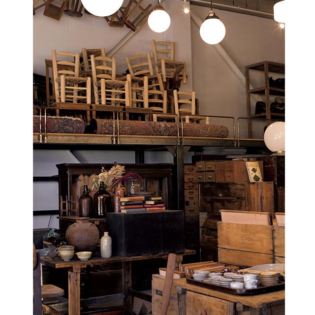家具は日本の明治から昭和期のものが多い