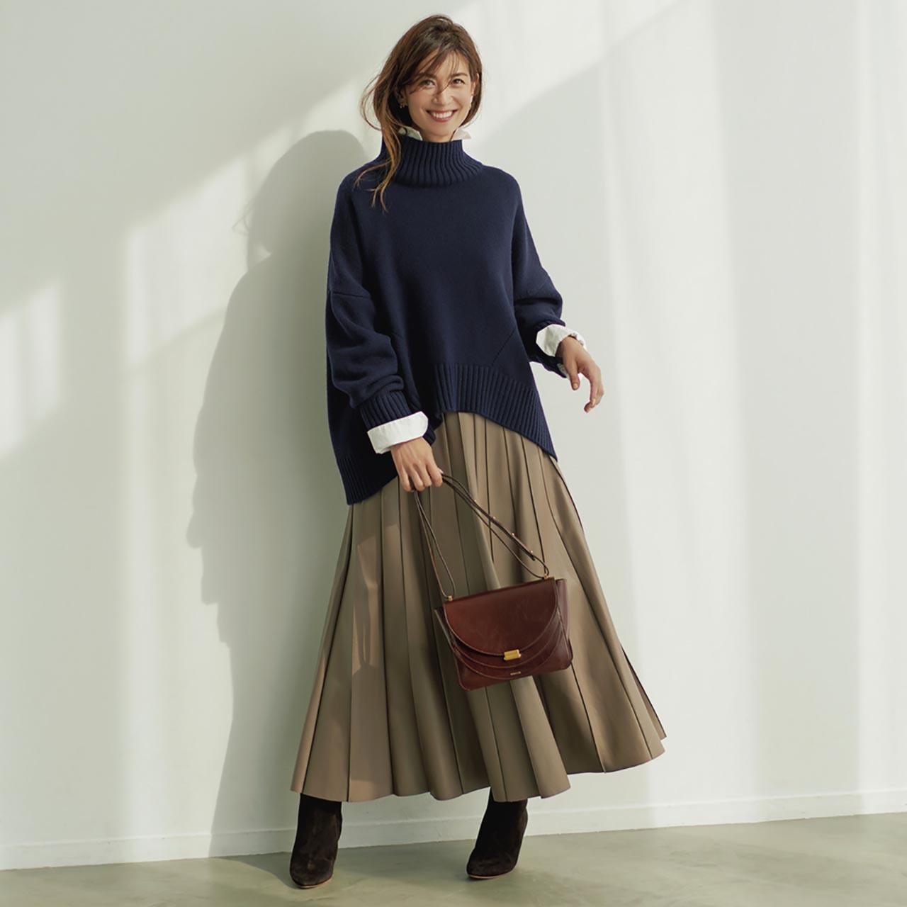 ゆるニット×シャツ×スカートコーデを着たモデルのブレンダさん