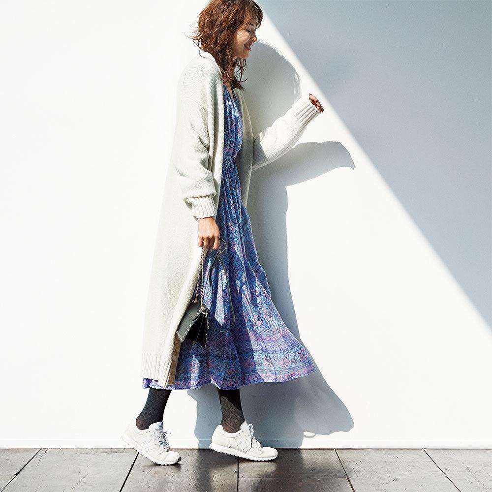 ファッション 花柄ワンピース×白スニーカーコーデ