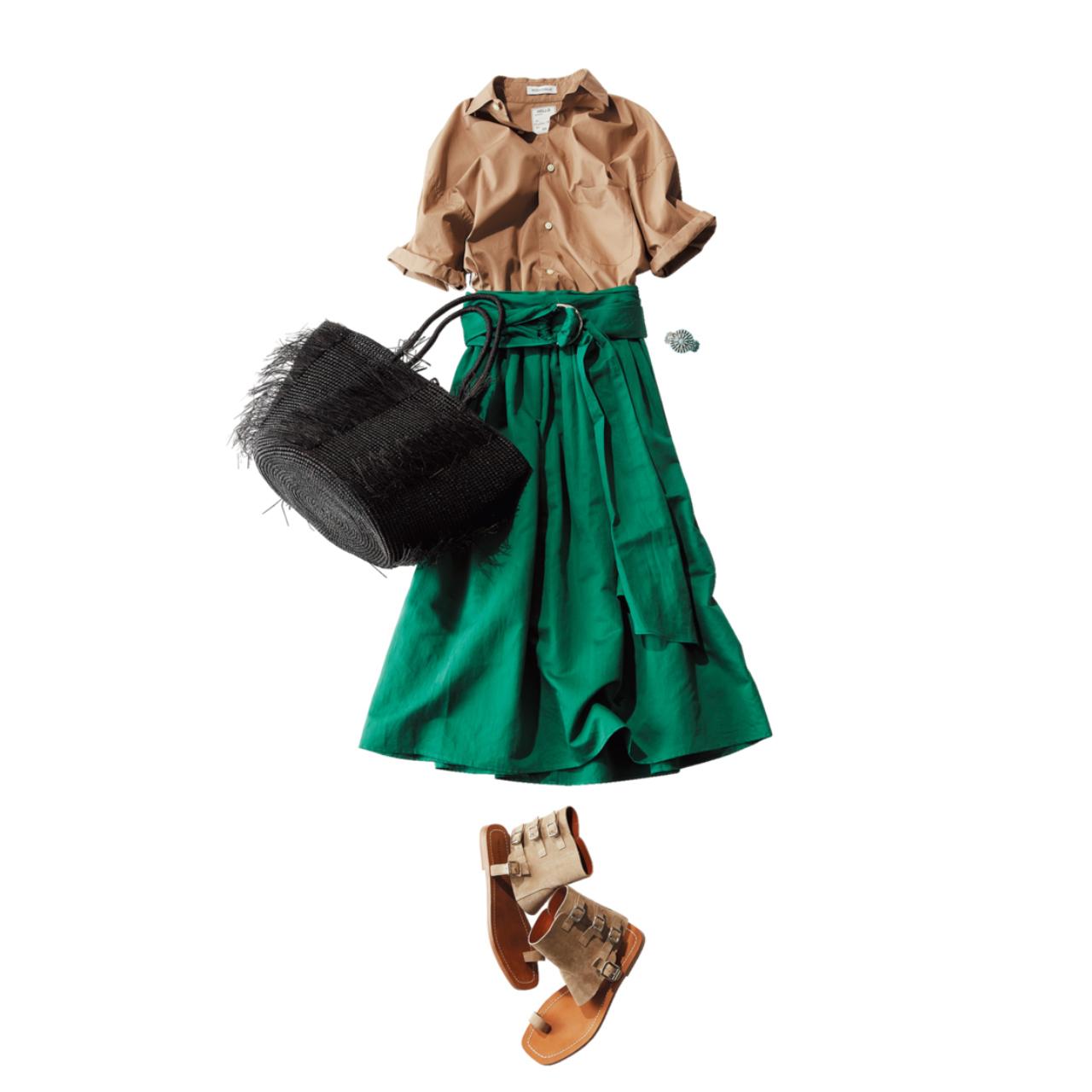 ベージュシャツ×グリーンスカートコーデ