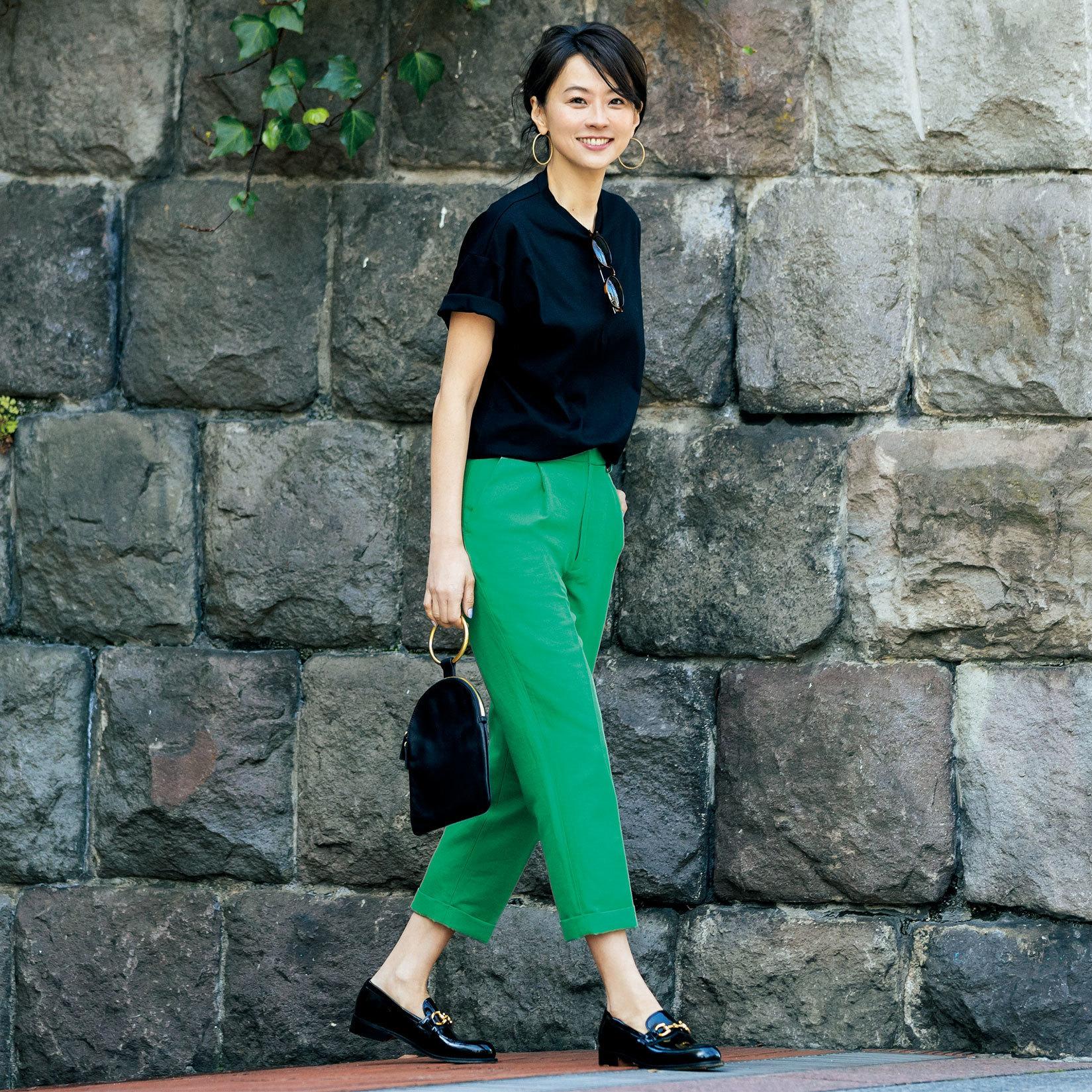 黒Tシャツ×グリーンパンツコーデ