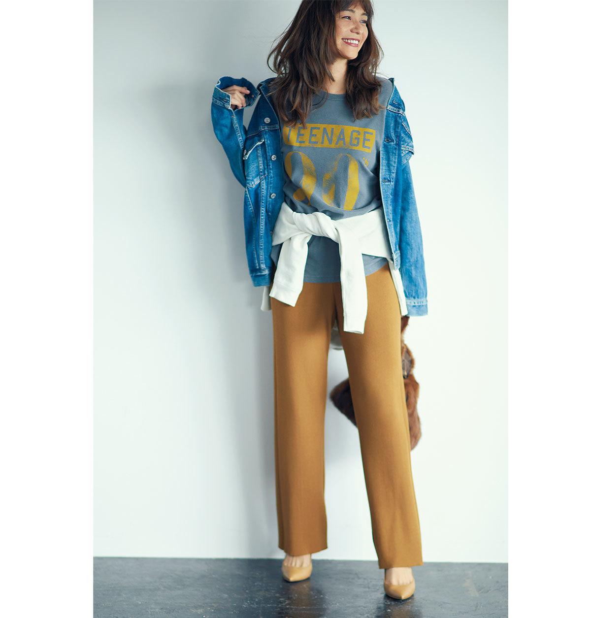 ■ニットパンツ×Tシャツ T シャツでカジュアルにはく日も足もとは女っぽく