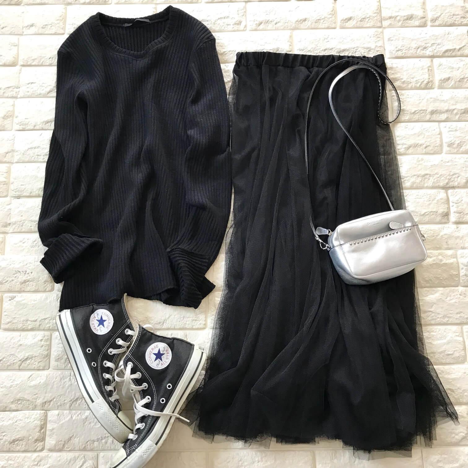 チュールスカートとスニーカーを合わせたブラックコーデ