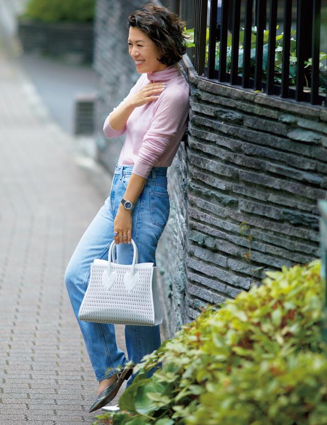 ヴィンテージのブルーデニムに明るい色を重ねた華やかコーデの大草直子さん