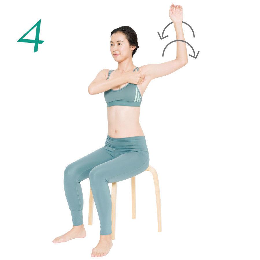 4.脇の下に反対側の手の親指以外の指をぐっと押し込み、そのまま腕を回す。内回し、外回し各10回。反対側も同様に。