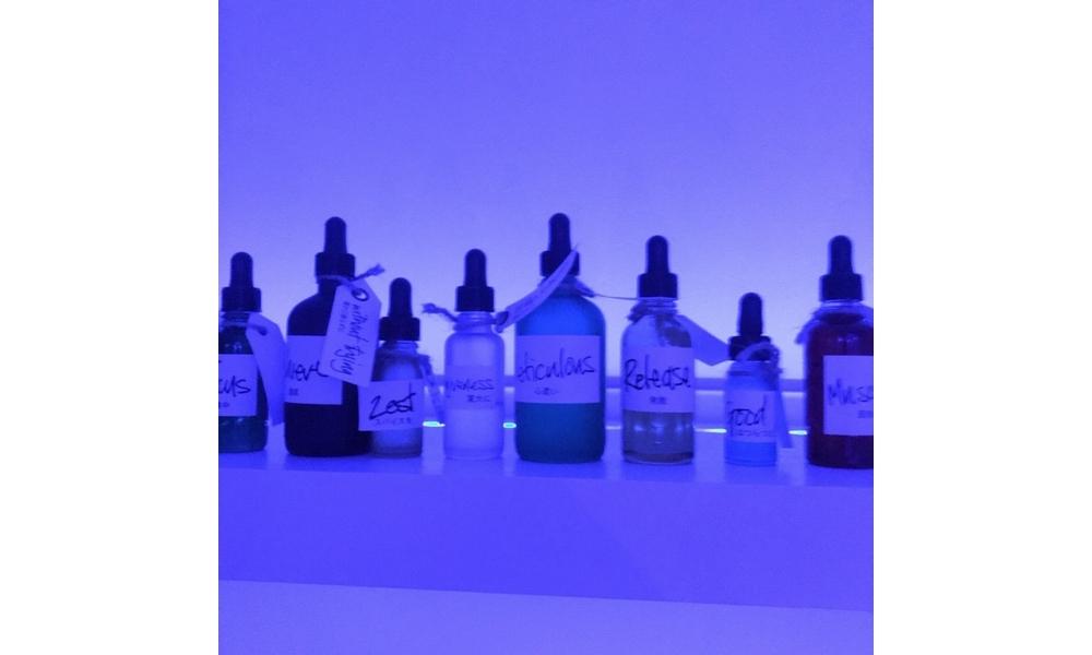 棚には薬ビンののようなマッサージ用のオイルやエッセンスが。