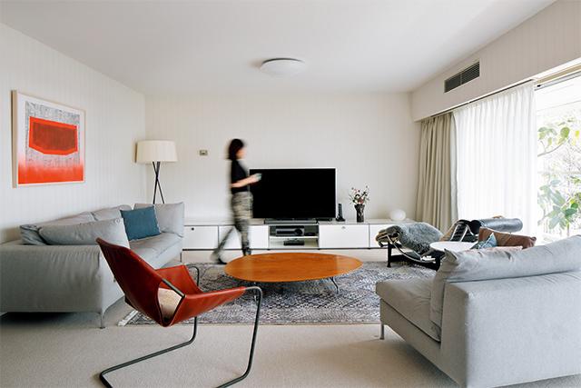 ソファはカッシーナ・イクスシー、コーヒーテーブルはコレックスリビング、革製のチェアはザ・コンランショップ