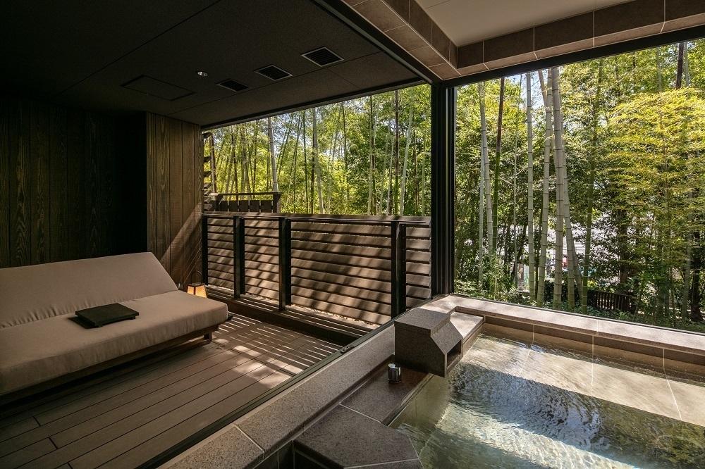 ふふ奈良の客室にあるゆったりとした露天の湯船