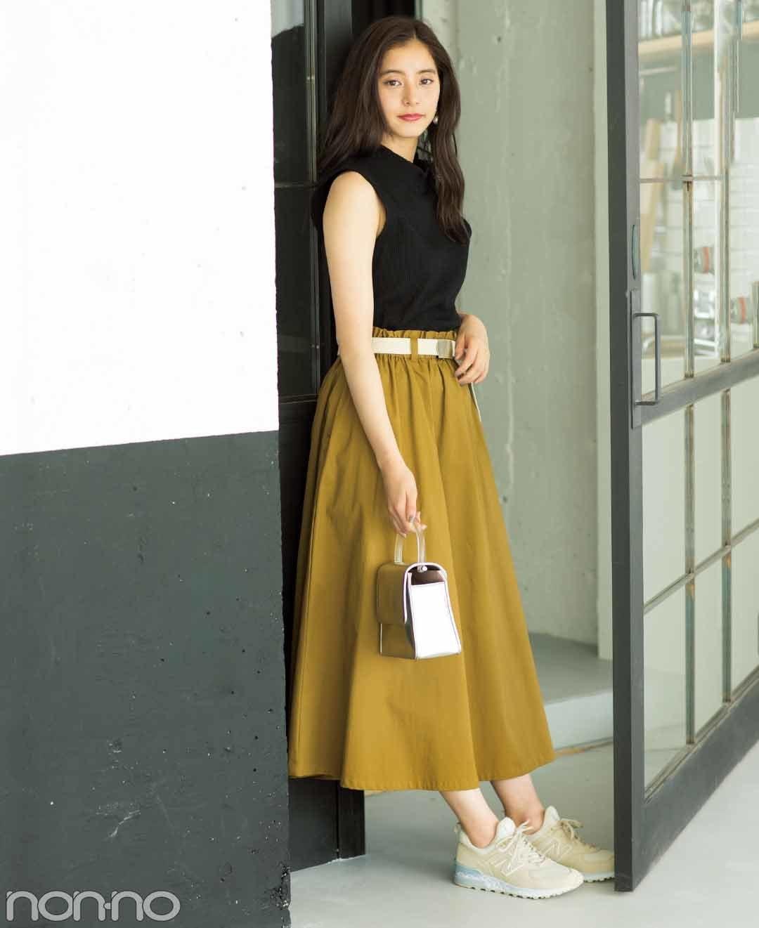【夏のスニーカーコーデ】新木優子はクリーンなオフホワイトで清潔感たっぷりにコーデ。